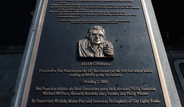 Devant l'ancienne Six Gallery, une plaque rend hommage à Allen Ginsberg. (Credit: DR)