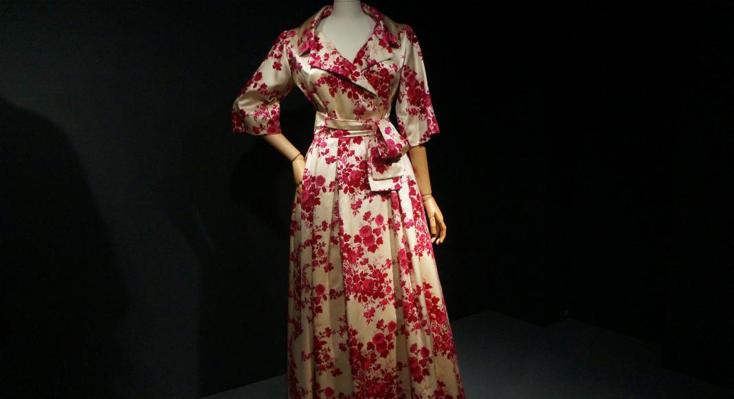 Un peignoir en soie aux imprimés floraux. Christian Dior, 1957