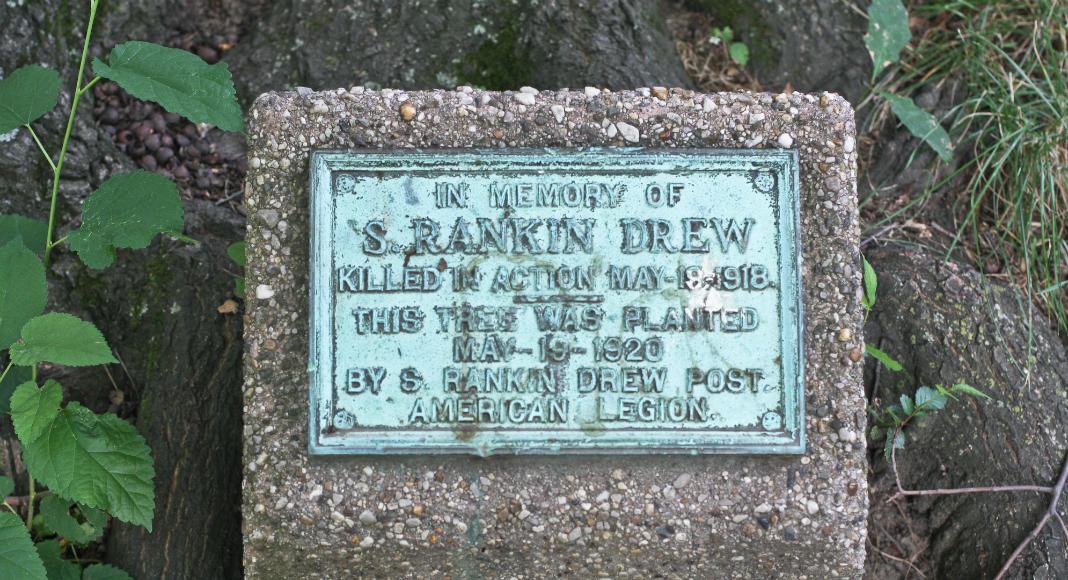 Courtesy of Kevin Fitzpatrick. Un memorial érigé en l'honneur de Sidney Rankin Drew, l'un des volontaires américains ayant participé à l'Escadrille La Fayette.