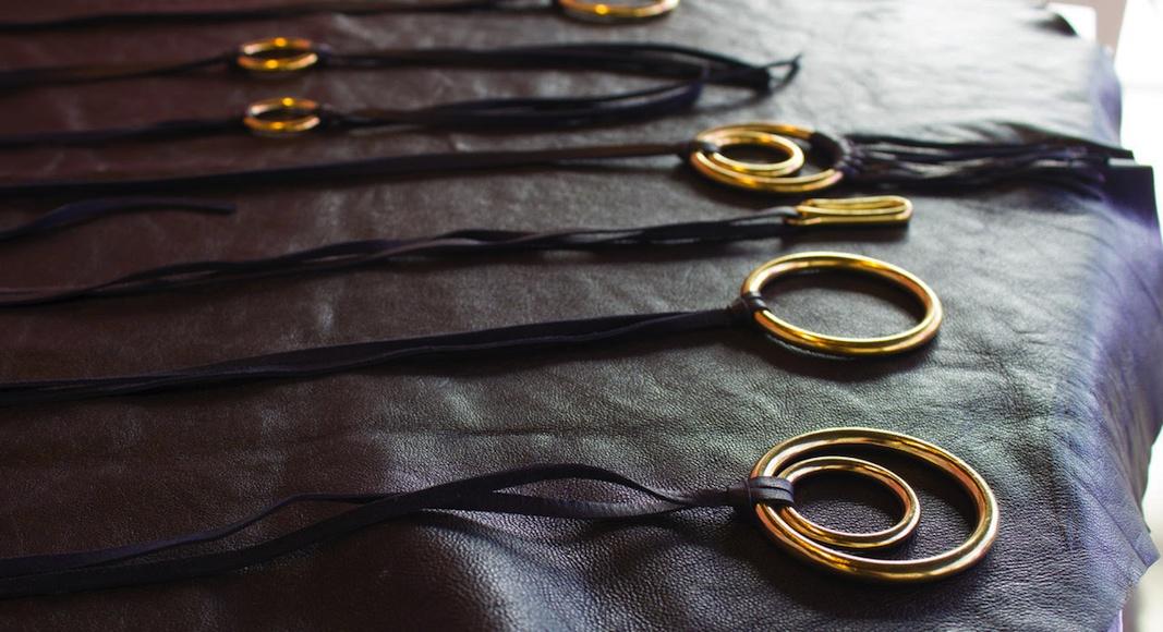 Sa première collection se veut intemporelle, avec des matières nobles et un design épuré.