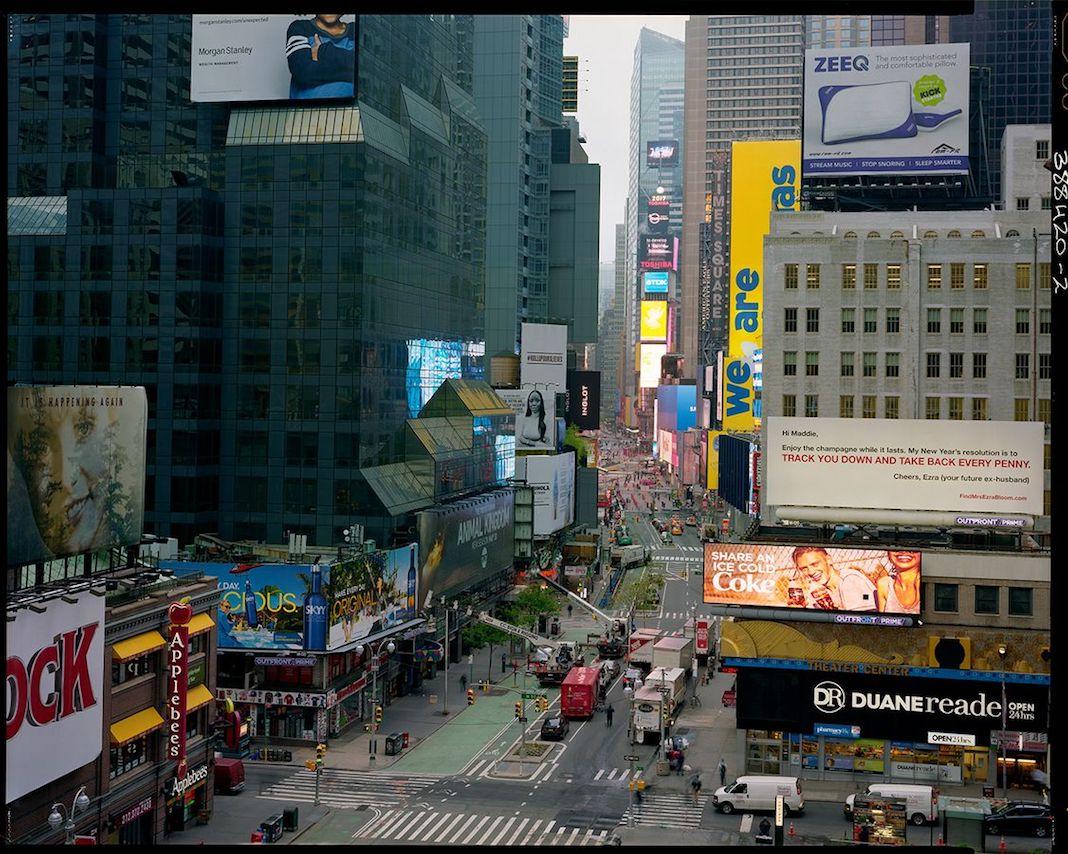 """6 h 57, 1er mai 2017. New York. """"Le jour se lève sur Broadway. Je fais ma première photo en 20 × 25 avant de foncer au labo. La ville ne semble pas avoir beaucoup changé. Elle a toujours ce côté """"paradis de la photographie"""", mais aussi ce côté """"fosse aux serpents"""" que j'aime beaucoup."""" Correspondance N°1/9. Photo Raymond Depardon pour le FIAF de New York et Libération"""