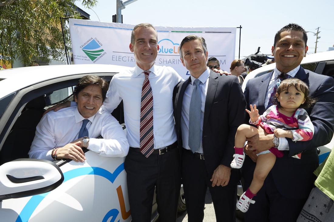 De gauche à droite: le sénateur californien Kevin de Leon, le maire de Los Angeles Eric Garcetti, le directeur général de Blue Solution Serge Amabile, et l'élu de l'Assemblée de Californie Miguel Santiago