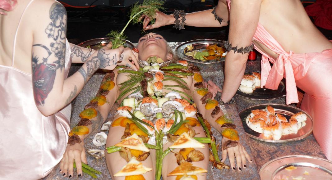 """Un """"body"""" est recouvert de nourriture, à Lot 45, durant une édition du show Lust, vendredi 16 juin. (Photo: Charlotte Oberti)"""