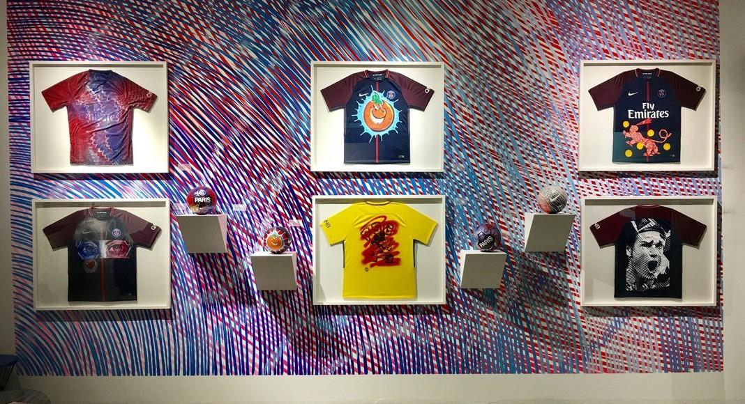 Maillots et ballons du PSG customisés par les artistes de rue