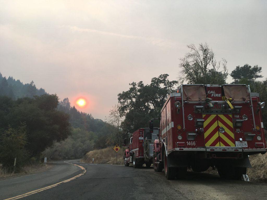 Mardi 16 octobre, les pompiers etaient toujours a l'oeuvre a Mount Veeder. (Credit: Klervi Drouglazet)