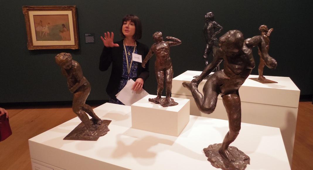 L'assistante curatrice Emily Talbot met en exergue les affinités entre les peintures et les sculptures de l'artiste.