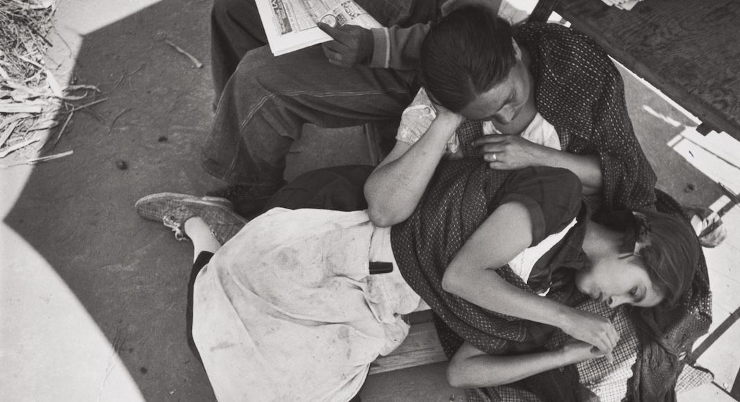 """""""Newspaper vender, Mexico City"""" est la photographie préférée du collectionneur, qui est ému par ce moment de tendresse entre une mère et sa fille."""