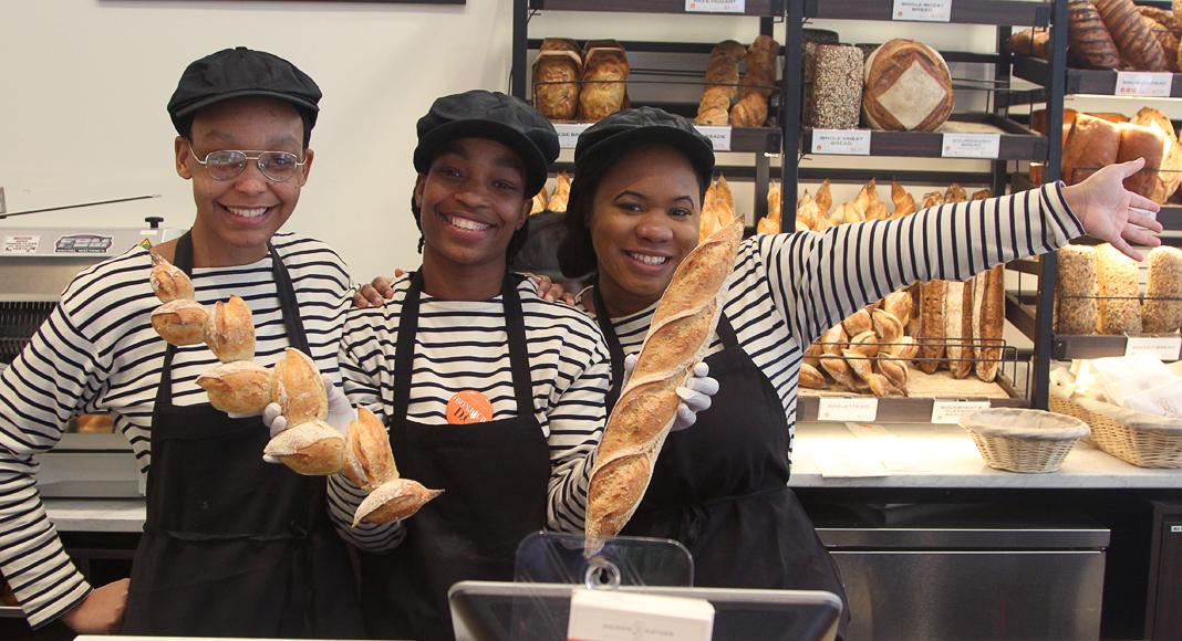 A la boulangerie Kayser, le pain est payant, mais les sourires sont gratuits.